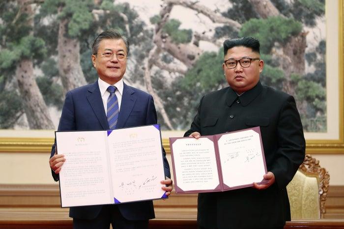 """――今回の南北首脳会談を、浅羽さんはどう分析しますか?今回の南北首脳会談の「平壌宣言」には、北朝鮮の核とミサイルに関わる箇所がありました。北朝鮮が「東倉里(トンチャンリ)のミサイルエンジン実験場とミサイル発射台を専門家の参観の下で永久的に廃棄する」「寧辺(ヨンビョン)の核施設を永久的に廃棄する用意がある」という部分です。ただ、これらは北朝鮮の非核化そのものではなく、それだけではあまり意味がないものだと思います。――どういうことでしょうか?北朝鮮はすでに移動式の発射台から弾道ミサイルを発射する技術を有しています。大型タイヤを9軸18輪も備えた、世界最大の移動式発射車両(TEL)を保有している。固定式のミサイル発射台は単に""""用済み""""と言えます。寧辺の核施設にも同じことが言えます。たしかに、寧辺は北朝鮮の核開発の中心地で、象徴的な場所でした。その分、それらの施設はとても古いものです。2000年代の6カ国協議の頃からも、何度も何度も「閉鎖する」しながら、閉鎖されることなく現在に至っている。正直「またか」という印象もあります。さらに、寧辺の施設を放棄するには「アメリカが相応措置を採る場合」という条件が付けられています。この「相応措置」とは、朝鮮戦争の終戦宣言です。何より、寧辺以外にも核施設があるとされます。寧辺の施設が完全閉鎖されたら象徴的な意味はありますが、他の場所で核開発を今この瞬間も継続している可能性がある。その全容の申告や解体がなければ、北朝鮮の核の生産能力は落ちません。さらに、すでに完成・保有している核の削減には一切触れられていません。そのため、東倉里と寧辺の放棄だけでは、不十分なのです。ただ、これらを放棄すればアテンションはとれると、金正恩はわかっているのだと思います。"""