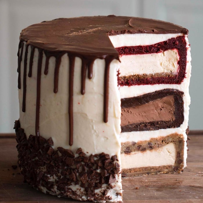 20人分材料:ブラウニー生地 510gチョコレートチーズケーキ(直径20cm) 1台ベルベットケーキ生地 425gバニラチーズケーキ (直径20cm) 2台チョコチップクッキー生地 1.1kgクリームチーズ 920gチョコレートガナッシュ 575gチョコレート(刻む) 285g直径23cmのケーキ型 3台作り方:1.オーブンを150℃に余熱する。2.ケーキ型にブラウニー生地1/3量を流し入れ、中央にチョコレートチーズケーキを置き、残りの生地を流し入れる。3.別のケーキ型にベルベットケーキ生地を1/3量流し入れ、中央にバニラチーズケーキを置き、残りの生地を流し入れる。4.別のケーキ型にチョコチップクッキー生地を1/3量敷き詰め、中央にバニラチーズケーキ生地を置き、残りの生地を敷き詰める。5.(2)、(3)、(4)をそれぞれ150℃に余熱したオーブンで2時間焼く。焼けたら粗熱を取り、冷蔵庫で1晩冷やす。6.皿の上にクッキングシートを敷いてクリームチーズを少量塗り、チョコチップクッキーケーキを置く。表面にクリームチーズを塗り、ブラウニーケーキを乗せる。さらに表面にクリームチーズを塗り、ベルベットケーキを乗せ、全体を覆うようにクリームチーズを塗る。7.チョコレートガナッシュをソースボトルに入れ、ケーキの上側面を1周するように絞る。上部全体にも絞り、平らにならす。8.ケーキの下側面に刻んだチョコレートを押し当て、デコレーションする。9.お好みの大きさに切り分けたら、完成!