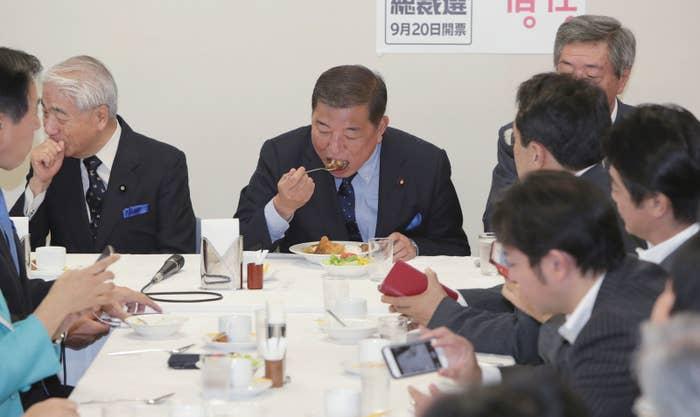自民党総裁選挙を前に、出陣式でカツカレーを食べる石破茂元幹事長(中央)