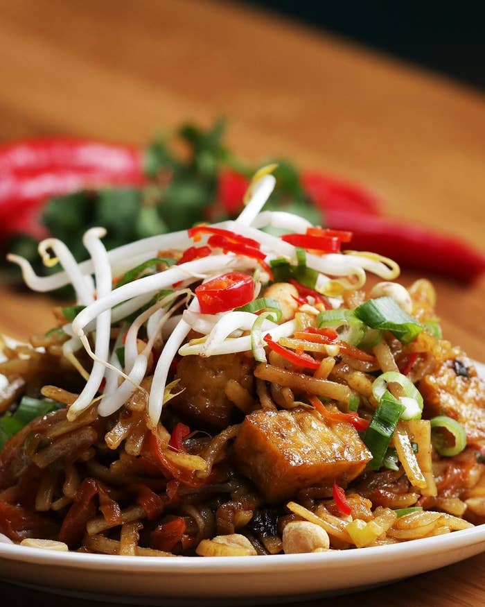 タイ料理の定番パッタイ。モチっとしたライスヌードルに甘辛ソースがよく絡み、止まらない美味しさ…!厚揚げやピーナッツの食感が楽しめるひと品、ぜひ作ってみてくださいね!