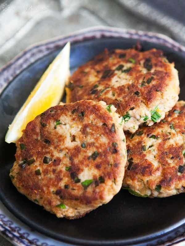 Lo mejor de estas patties de pescado es que no necesitas meterlas dentro de un pan para comerlas, sino que puedes acompañarlas con alguna ensaladita o verduras gratinadas y así sentirte realmente fit. Aquí está la receta.