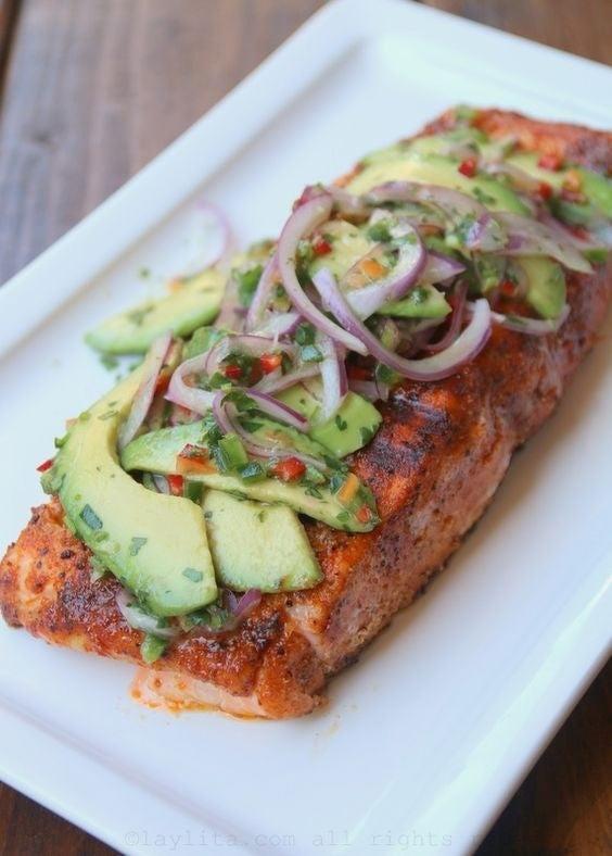 ¿Amas el aguacate? Pues esta receta es para ti, y lo mejor es que, si no tienes salmón a la mano, la puedes hacer con cualquier tipo de pescado. Otro punto a favor de este sano platillo es que, como es asado, no necesita aceite. Aquí están los pasos.