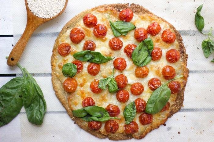 Buenas noticias: puedes comer saludable sin tener que renunciar a la pizza, ¿cómo lo ves? Esta es una versión vegetariana que no tiene nada que envidiarle a las pizzas que pides a domicilio. Te dejamos la receta aquí.
