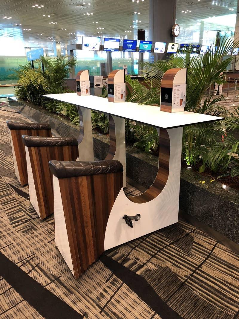 Charger ponsel di bandara di Singapura harus dikayuh