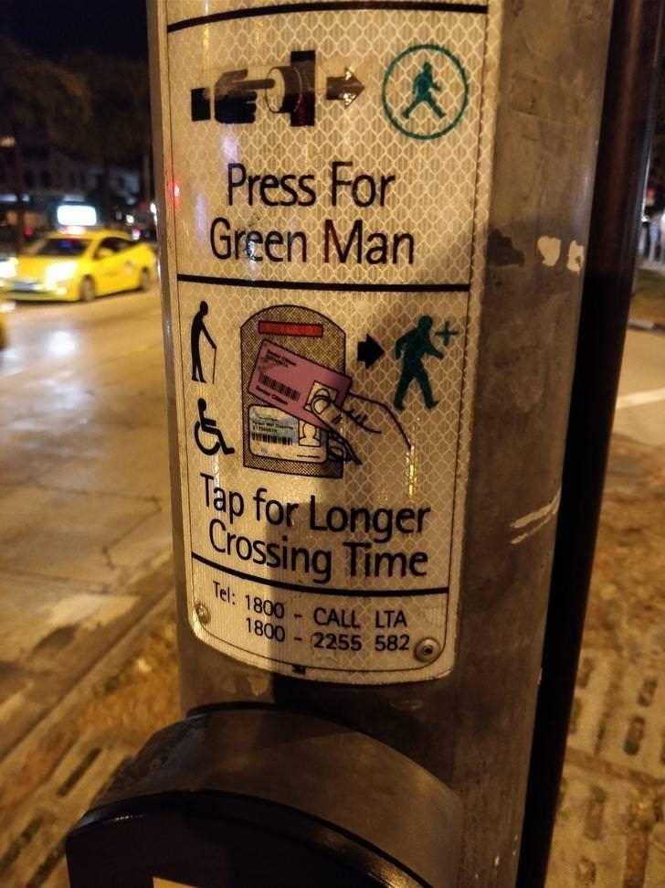 Lansia cukup menempelkan kartu identitas agar dapat menyeberang jalan dengan aman tanpa terburu-buru