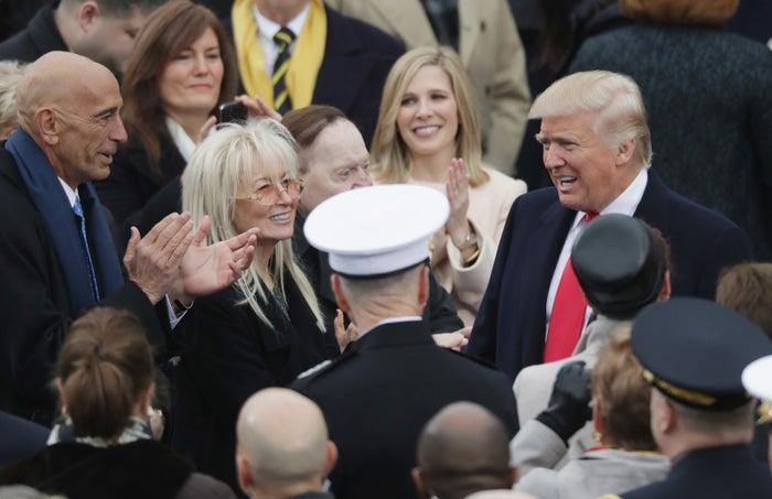 2017年1月20日、トランプ大統領(右)の就任式に参加してあいさつするシェルドン・アデルソン氏(白い帽子の人物の上)ら
