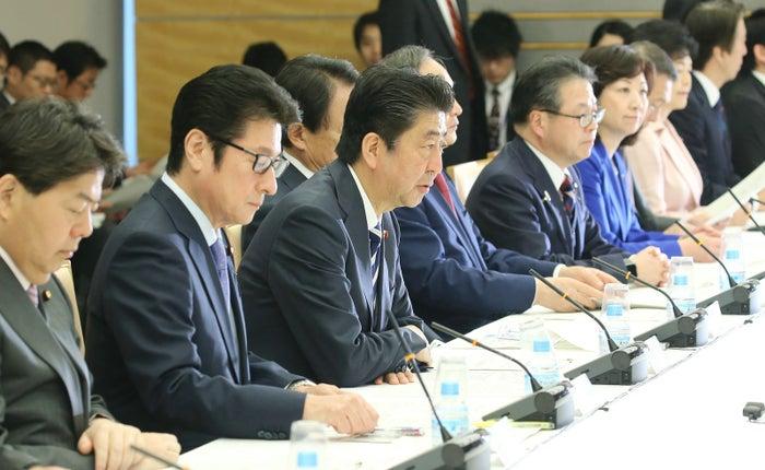 知的財産戦略本部・犯罪対策閣僚会議の合同会議であいさつする安倍晋三首相(4月13日撮影)