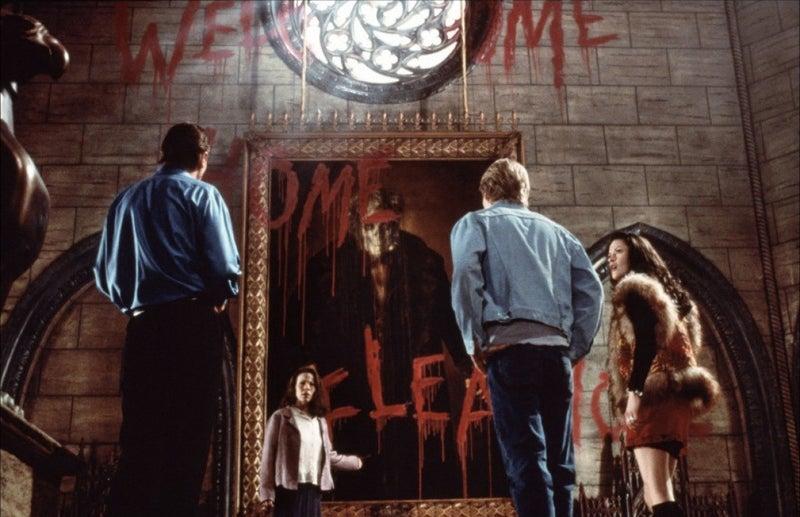 Se ha adaptado al teatro y en dos ocasiones al cine, incluyendo, una película muy mala en los 90, protagonizada por Liam Neeson y Catherine Zeta-Jones.