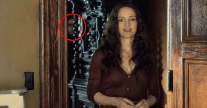 ¿Notaste esa cara en el fondo? El director escondió docenas de fantasmas a lo largo de la serie, no saltan, no te espantan, en muchas ocasiones, ni te darás cuenta en la primera vuelta. Están ahí sólo para sumar a la sombría atmósfera y si quieres encontrarlos a todos necesitas ver la serie en más de una ocasión.