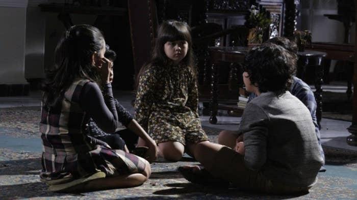 ¿Por qué verla? Esta película está basada en la mitología indonesa, en la que una pontianak o kuntilanak es el espíritu de una mujer que murió cuando estaba embarazada o cuando dio a luz. La historia es bastante simple, un grupo de niños decide explorar un orfanato en el que hay un espejo en el que habita una kuntilanak, quien está dispuesta a secuestrarlos.