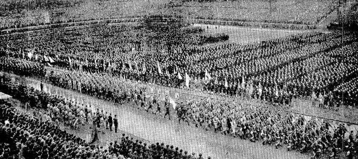 1943年10月21日、明治神宮外苑競技場で開催された第1回「学徒出陣壮行会」。翌日の朝刊(当時)より