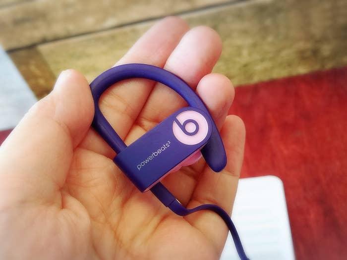 「Powerbeats3 Wireless」で特徴的なのが、耳にかけて使うイヤーフック。このイヤーフックがあることで耳にめちゃくちゃフィットして、動き回っても全くずれません!