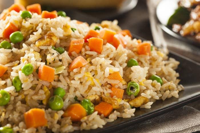 Quer aproveitar e cozinhar o arroz já com alguns legumes? Essa ideia pode facilitar e muito sua vida. Esta receita ensina uma versão com cenoura e brócolis que fica daqui ó. É fácil, rápida, nos mesmos moldes do arroz normal e apenas uma abobrinha e uma cenoura a mais, você nem gasta muito. Veja o passo a passo aqui.