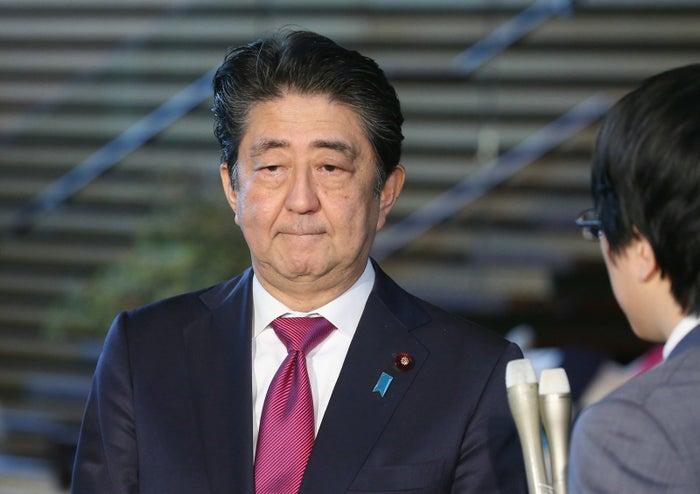戦時中に日本の工場に動員されていた韓国人の元徴用工4人が「強制的に働かされた」などとして、新日鉄住金に1人あたり1億ウォン(約1千万円)を支払うよう求めていた訴訟で、韓国の最高裁が10月30日、新日鉄住金に4人への賠償を命じる控訴審判決を支持し、確定した。安倍晋三首相は「国際法に照らしてあり得ない判断だ。毅然(きぜん)と対応する」と報道陣に語った。なぜ韓国での民事訴訟に、日本の首相が反発しているのか。