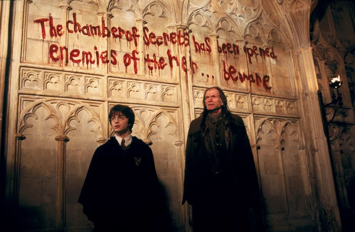 """""""Si Harry y Ron simplemente le hubieran dicho a alguien que habían perdido el tren (no es la trama principal, pero ustedes me entienden), si Harry le hubiera contado a Dumbledore sobre lo que oía en las tuberías. Si Hermione le hubiera contado a los demás sobre su teoría en vez de ir directo a la biblioteca... ¿y por qué Ron y Harry fueron a buscar a Lockhart? Cuando se dieron cuenta de que era un fraude, ¿por qué lo llevaron a la cámara? Llévenlo a la sala de profesores y díganle a McGonagall o algo, ¡y así Harry no habría tenido que enfrentarse a Riddle y al maldito Basilisco él solo!—triciah4174e689f"""