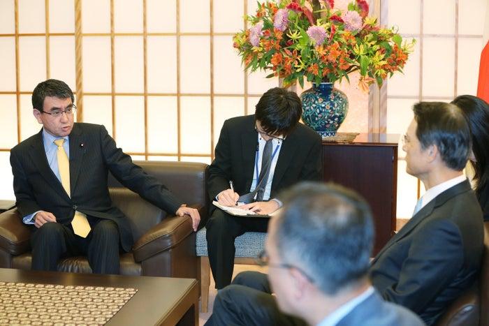 日本は1965年の協定を前提に、「個人の請求権を巡る問題は解決している」との立場を取っている。安倍首相、河野太郎外相とも10月30日、この点を強調して「毅然と対応する」と口をそろえた。河野外相は「1965年の国交正常化以来築いてきた日韓の友好協力関係の法的基盤を根本から覆すものであって,極めて遺憾であり,断じて受け入れることはできない」とのコメントを出した。さらに「国際裁判も含め,あらゆる選択肢を視野に入れた対応を講ずる」と、国家間の紛争を裁く国際司法裁判所(ICJ)への提訴を行う可能性も示唆した。また、韓国の李洙勲駐日大使を呼んで抗議した(写真)。もし、韓国でこのまま個人の請求権が「復活」することになれば、政府だけでなく当時から運営を続ける多くの日本企業が、訴訟リスクを抱えることになる。現状でも韓国の裁判所では、日本企業を相手取り15件の損害賠償請求訴訟が係争中だ。