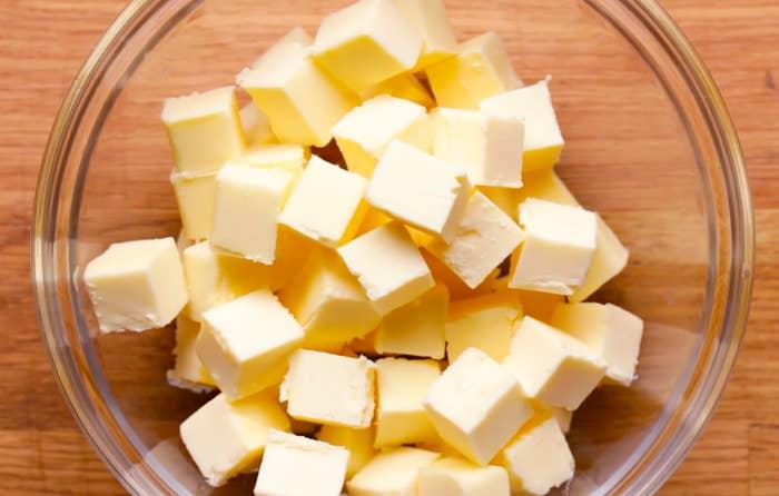 オリーブオイルやココナッツオイルなどは、流れが良すぎるためにパイ作りにはあまり向いていない。冷たいバターを使えば(ビーガンの人はマーガリン)、よりサクサクのパイ生地を作ることができ、またコストも安く、香りも抜群に良くなるのだ。