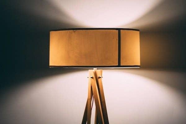 Sieh auf deinen Glühbirnen nach, wie viel Watt sie haben. Sind es weniger als 60? Falls nicht, sollte du sie auf jeden Fall austauschen. Zu viel helles Licht kann mit der Ausschüttung von Melatonin in Konflikt geraten, das deinen Körper wissen lässt, dass es Schlafenszeit ist. Also solltest du dafür sorgen, dass das Licht in deinem Schlafzimmer (und Bad!) nur sanft leuchtet, bevor du ins Bett gehst. Du kannst auch Glühbirnen kaufen, die dazu beitragen, das schädliche blaue Licht auszufiltern, das Handys, Fernseher und Computerbildschirme abstrahlen.
