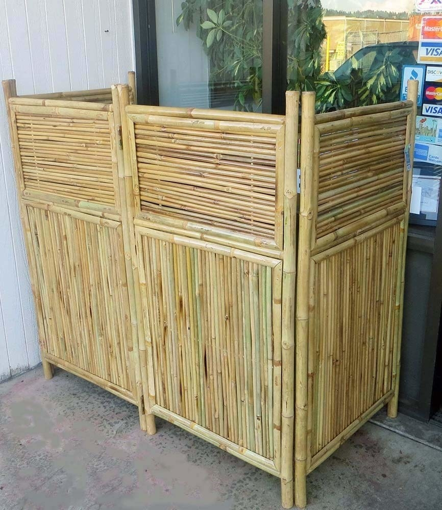 The four panel screen with hinges on the inside that allow it to fold in several ways. Each panel has itself two sections: 2/3 is vertical small bamboo on the bottom, 1/3 is horizontal small bamboo pieces on the top
