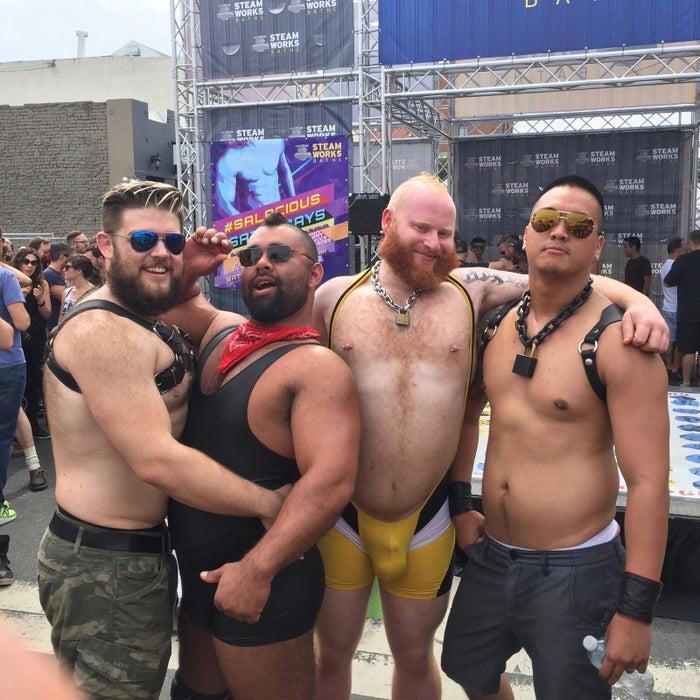 左から「ビフ」(「子犬」と呼ばれる男性たちの一人)、ディラン、タンク、友人のアーマン・エリス。あるイベントの会場にて。