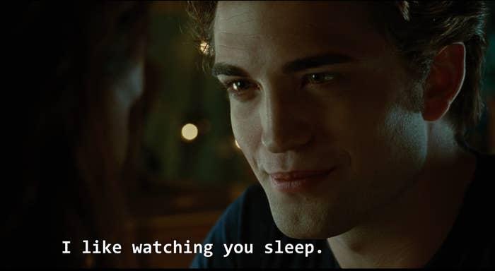 """""""Eu gosto de te ver dormir"""".""""Edward literalmente invadia a casa da menina e a via dormir sem sua permissão ou conhecimento. Na época, eu achava o gesto superfofo, mas hoje acho totalmente bizarro.""""— joseph114"""