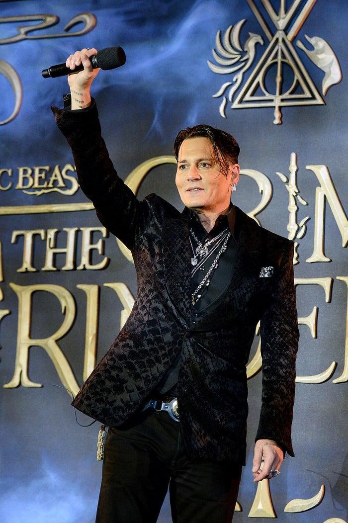 Depp na estreia britânica de Os Crimes de Grindelwald.