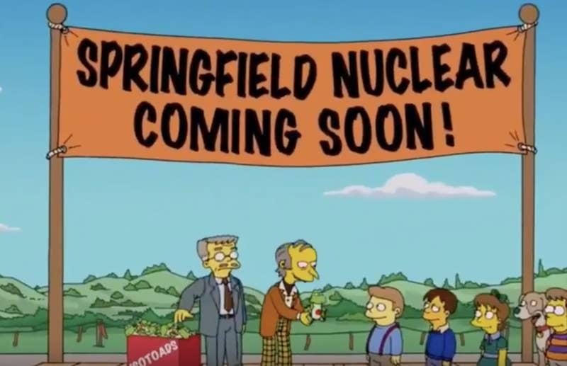 """""""Me encantan Los Simpsons, ¡pero por dios, en los episodios de flashbacks hay montones de inconsistencias! La central nuclear aparecía al fondo cuando Homer era niño, y otra vez Carl dijo que consiguió su trabajo el día que abrieron la central"""".—nicoles418eec3ed"""
