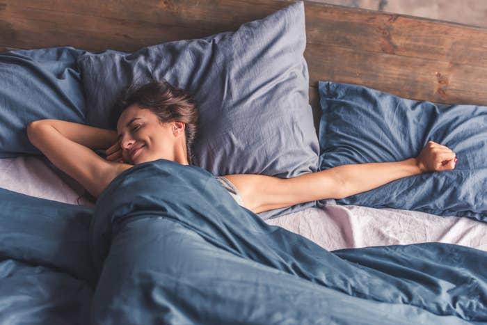 Ganz gleich, ob es die Farbe an den Wänden oder deine Bettwäsche ist, finde eine Möglichkeit, Blau in das Farbschema deines Zimmers einzubinden. Gemäß der amerikanischen National Sleep Foundation kann die Farbe Blau den Blutdruck senken und deine Herzfrequenz verringern, was unter Umständen dazu beiträgt, dass dir die Augen zufallen.