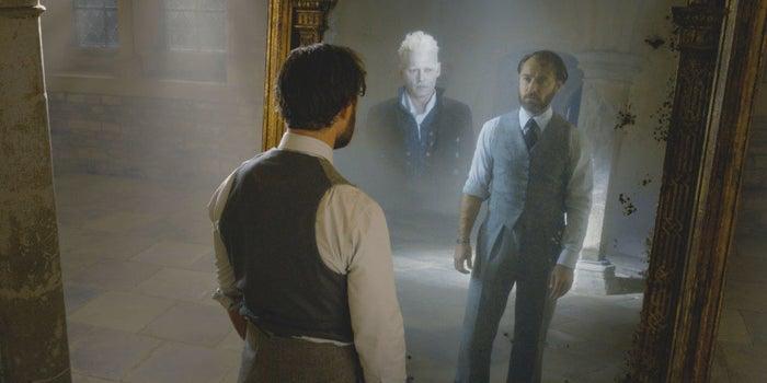 Más bien es un joven Albus Dumbledore (Jude Law), quien lo enfrenta con ayuda de Newt Scamander (Eddie Redmayne).