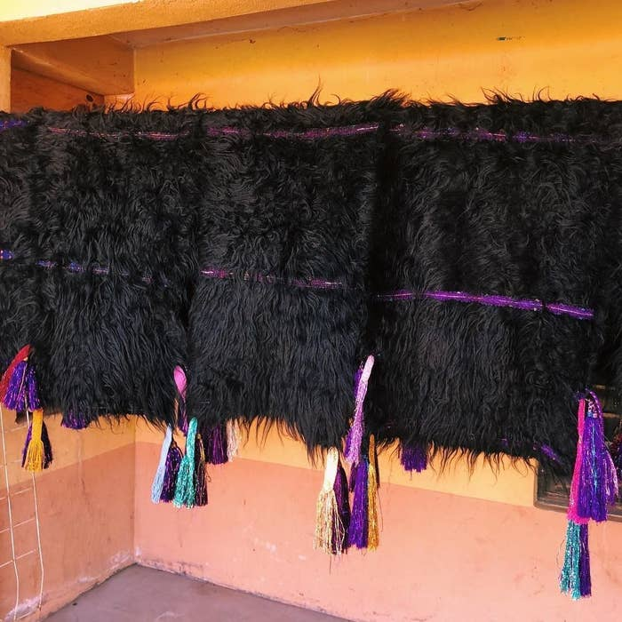 Típicamente, las mujeres usan faldas de este material; mientras que los hombres usan chalecos sobre un traje de manta.