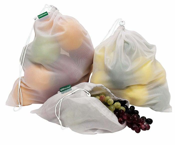 Tüten aus Plastik oder Papier, die benutzt werden, um Obst und Gemüse an die Kasse im Supermarkt zu bringen, sind wirklich ziemlich überflüssig. Denn nach nur wenigen Minuten Gebrauch landen die Beutel meist sofort in der Tonne. Als umweltfreundliche Alternative bieten sich deshalb diese leichten Obstbeutel an, die du immer wieder benutzen kannst. 9 Stoffbeutel gibt es für 10,97 €.