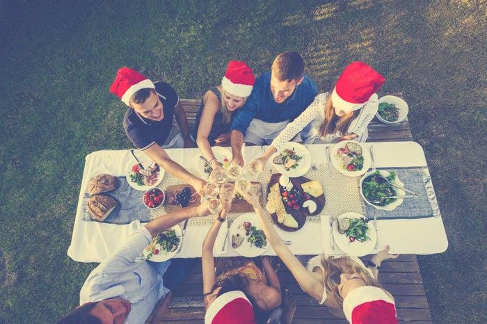 ¿Cuándo hacemos la cena? ¿Quién puede este día? ¿Qué cenamos? ¿Quién lleva qué? ¿Formal? ¿Pijamas? ¿Suéteres de Navidad? ¿Intercambio o dinámica?