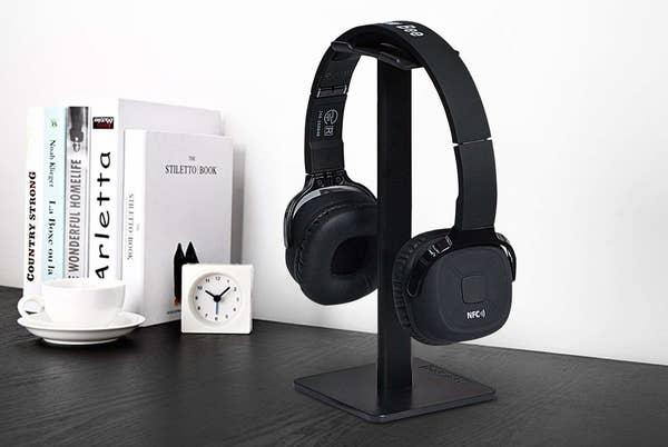 minimalist black headphone stand