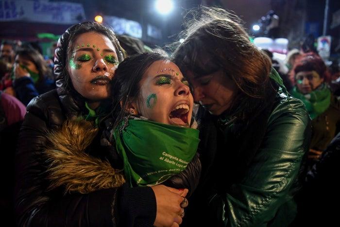 Buenos Aires, Argentina 9 de agosto - Activistas a favor de la legalización del aborto se apoyan, a las afueras del Congreso Nacional, luego de que los senadores votaran en contra de su legalización.