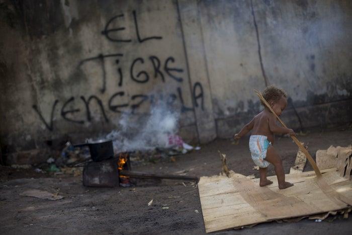 Boa Vista, Roraima, Brasil, 24 de febrero - Un niño venezolano da sus primeros pasos en un hospicio para refugiados.