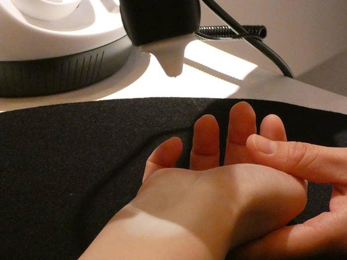 繊維を直接肌に吹き付けることで、肌の表面に薄い膜を作るというもので、その膜は水分を保持し、通気性も確保しています。
