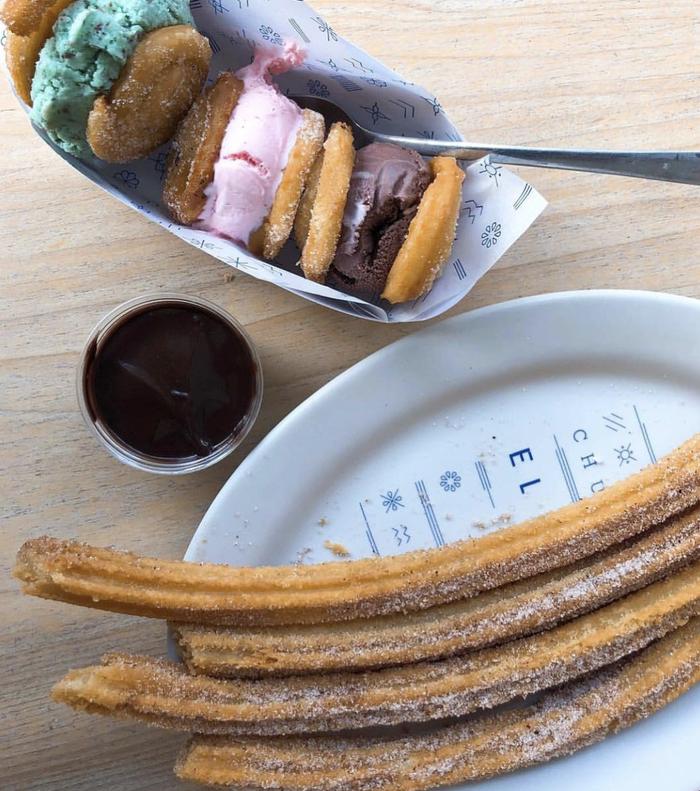 Este ya clásico de la CDMX es el mejor lugar para llevar a tus amigos extranjeros. La decoración es lindísima, en tonos blancos y azules y no solo es una churrería. Aquí también puedes comer tortas, pedir malteadas o hacerte de unos exquisitos consuelos: sándwiches de helado con tapa de churros enrollado. ¿Convencido?¿Dónde está? Tienen varias sucursales.