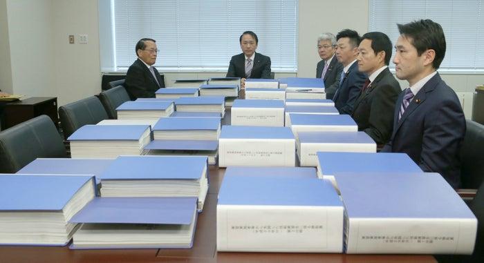 聴取票を前にする衆院法務委員会の理事たち