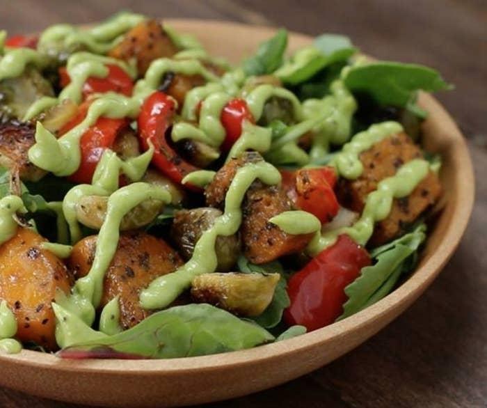 Um jeito diferente de usar o avocado da moda. Os vegetais são assados por 40 minutos e servidos com um molho de abacate, azeite, vinagre e limão delicioso. Veja a receita aqui.