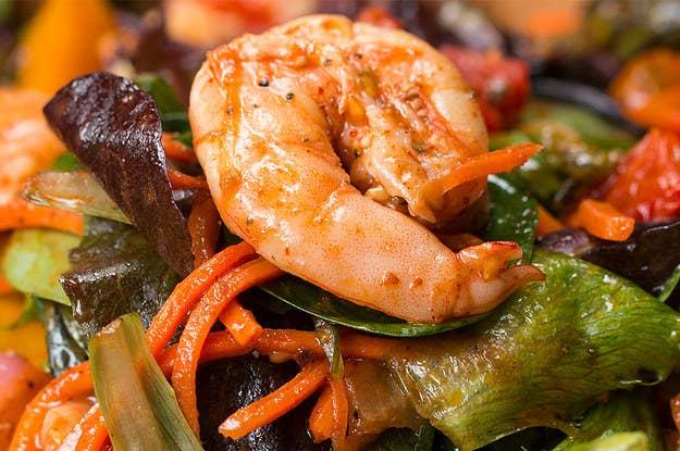 Para aquele jantar mais caprichado, porque todo mundo sabe que camarão não é barato. Tudo o que você precisa fazer é assar alguns vegetais por 10 minutos e selar o camarão na panela bem rapidinho. A receita completa está aqui.