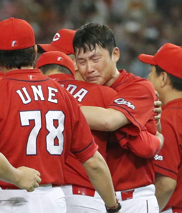 2016年、25年ぶりの広島リーグ優勝の立役者だった新井さんと黒田さん。優勝が決まると、抱き合って喜んだ。