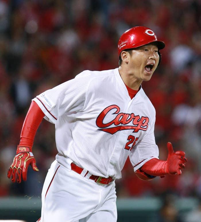 CSファイナルステージで同点適時二塁打を放ち、叫ぶ新井さん