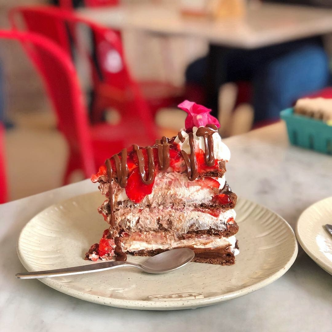 Oh man, there is no better place to get dessert than Maria Almenara. You walk in, everything smells like heaven, and you want to eat EVERYTHING. You've gotta try: Bruselina de chocolate con fresas