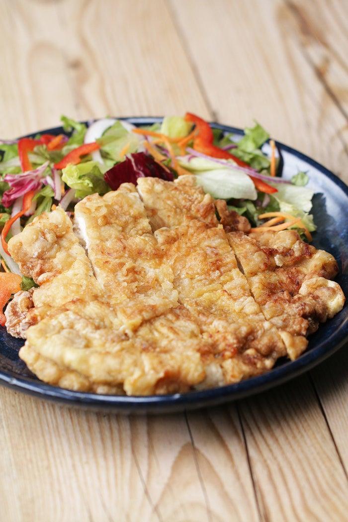 台湾の屋台で定番の「大雞排(ダージーパイ )」顔の大きさほどあるフライドチキンは、日本では見かけない巨大サイズ!台湾で食べたあの味が忘れられないあなたも、一味違うフライドチキンが食べたいあなたも、ぜひ作ってみてくださいね!