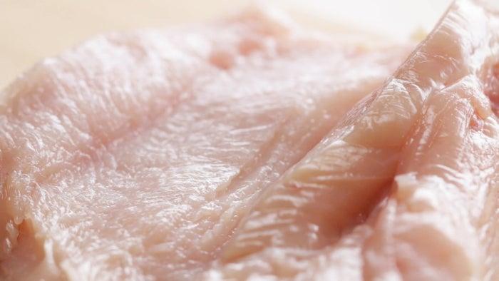 1枚分材料:鶏むね肉 1枚A:酒 大さじ1A:みりん 大さじ1A:しょうゆ 大さじ1A:砂糖 大さじ1/2A:にんにく(すりおろし) 小さじ1A:生姜(すりおろし) 小さじ1A:五香粉 小さじ1/2■衣溶き卵 1個片栗粉 30gコーンスターチ 30gレタス 適量作り方:1.鶏むね肉は厚みが半分になるように中央に切り込みを入れて観音開きにする。ラップをかけ、めん棒で叩いて薄く伸ばす。2.保存用密閉袋に(1)、(A)を加えてよく揉み込み、冷蔵庫に入れて1時間置く。3.バットに片栗粉、コーンスターチを混ぜ合わせる。4.(2)を溶き卵にくぐらせ、(3)をまぶす。これを2回繰り返す。5.フライパンにサラダ油を2cmくらい入れて中火に熱し、(4)の皮目を下にして入れ、3分揚げ焼きにする。皮目がパリッとしてきたら裏返し、さらに2分揚げる。油をしっかり切って食べやすい大きさに切り分ける。6.器にレタスを敷いて(5)を盛ったら、完成!