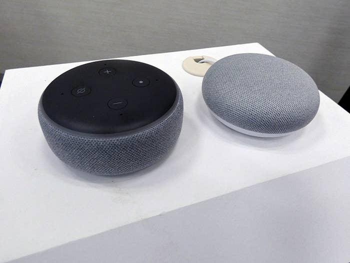 無線LANを内蔵したLED照明で、Google HomeとAmazon Echoシリーズのスマートスピーカーに対応します。「アレクサ、リビングのあかりをつけて」「アレクサ、リビングの明かりを昼光色にして」「アレクサ、寝室の灯りをけして」など、話しかけるだけで、様々な操作が可能になります。