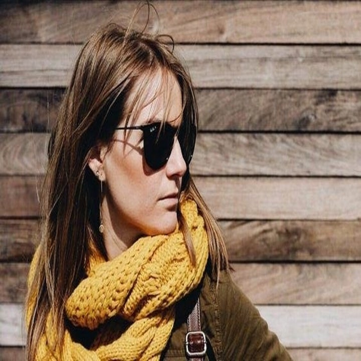 reviewer wearing the scarf in yellow