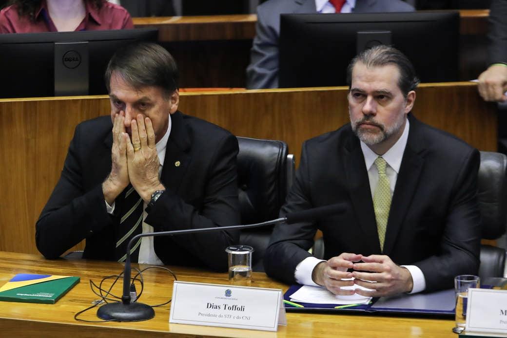 Bolsonaro ao lado de Dias Toffoli, presidente do STF: no dia seguinte a este encontro, Senado aprovou o reajuste à cúpula do Judiciário que deve custar R$ 5 bilhões por ano.