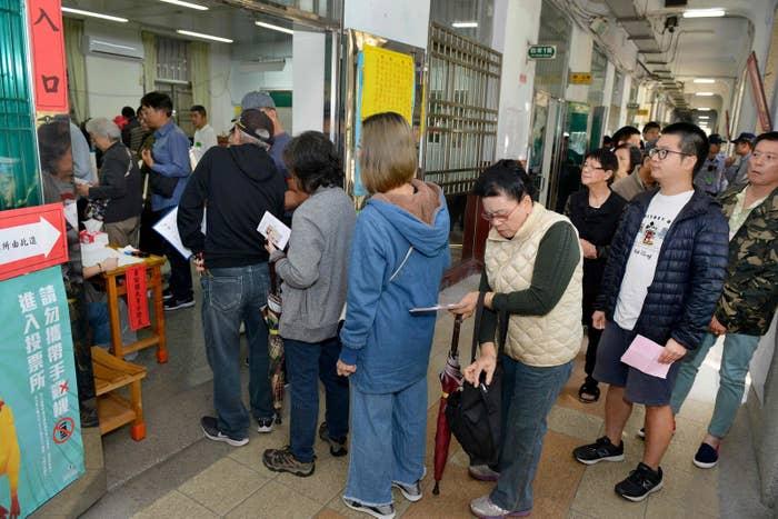台北で、統一地方選の投票のため長い列をつくる台湾の人々(台湾・台北、2018年11月24日)