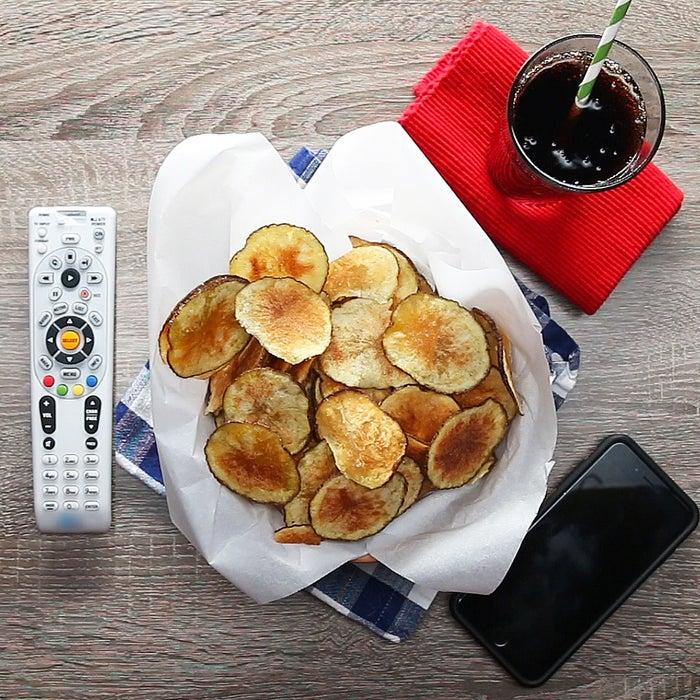 4人分材料:じゃがいも 1個オリーブオイル 大さじ1塩 少々作り方:1.じゃがいもは2mm幅にスライスし、キッチンペーパーで水気を拭き取る。2.ボウルに(1)、オリーブオイルを回しかけて全体によくなじませる。3.平らな皿にオリーブオイルを回しかけて、(2)を重ならないように並べる。4.塩を振り、ラップをかけずに500Wのレンジで6-7分加熱する。5.薄く焼き色がついたら取り出して粗熱を取り、しばらく置いてカリッとさせたら、完成!